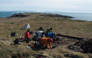 The archaeological team of the NOW Project excavated an activity area in front of a 'qassi' – a men's house – at the Nuulliit peninsula. The investigations showed that the site was established by a group of Thule Culture inuit in the early 14thcentury. (Photo by Bjarne Grønnow, 2016)  © B.Grønnow
