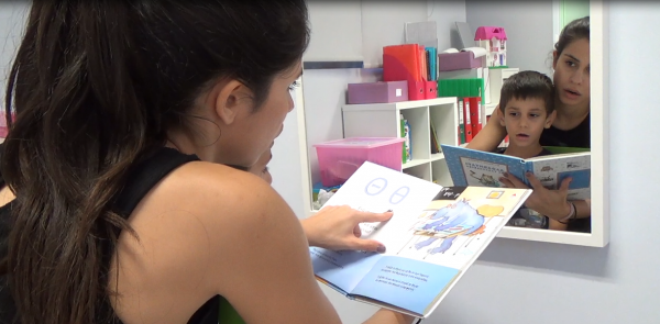 Eleni Glarou working with a child using Phonological Awareness techniques.